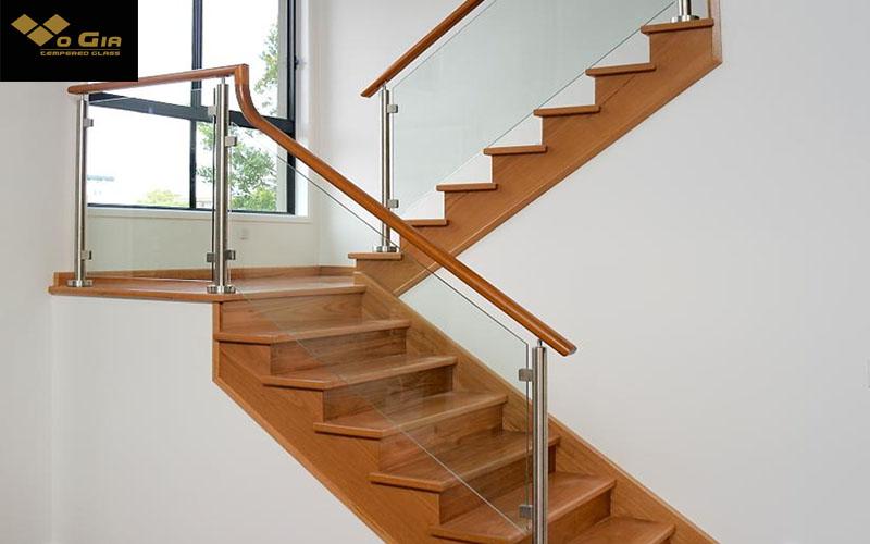 cách tính chi phí cầu thang theo met vuông kính và phụ kiện