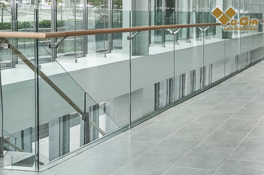 Lan can kính cường lực được sử dụng rộng rãi tại các văn phòng công ty