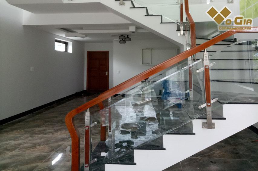 Đây là mẫu cầu thang được sản xuất từ chất liệu kính cường lực trong suốt