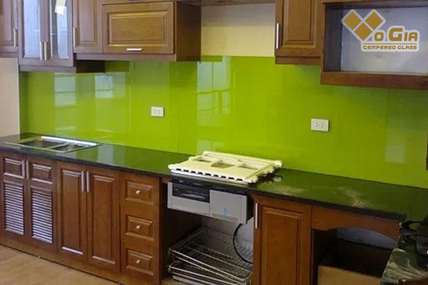 Phần kính trên tường sẽ giúp cho căn bếp luôn sạch sẽ