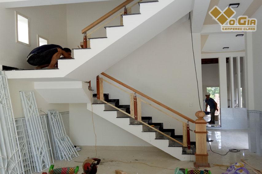 Cầu thang kính giúp không gian nhà bạn rộng rãi, sang trọng hơn