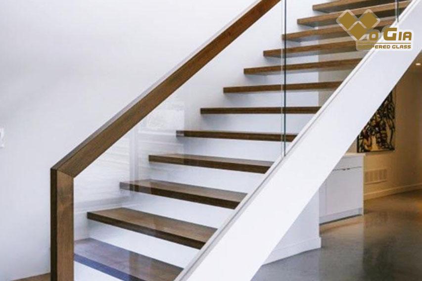 Tay vịn cầu thang cần được tính toán tỉ mỉ, chi tiết trước khi thiết kế, xây dựng
