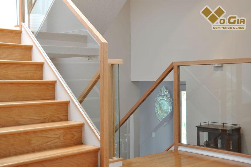 Cầu thang kính được thiết kế từ kính cường lực cơ độ bền cao