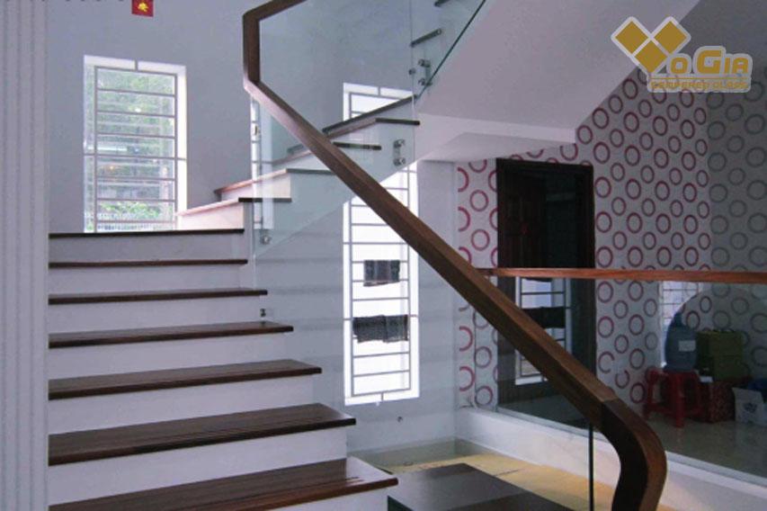 Dịch vụ thi công cầu thang kính Hải Châu đem lại không gian đẹp cho căn hộ