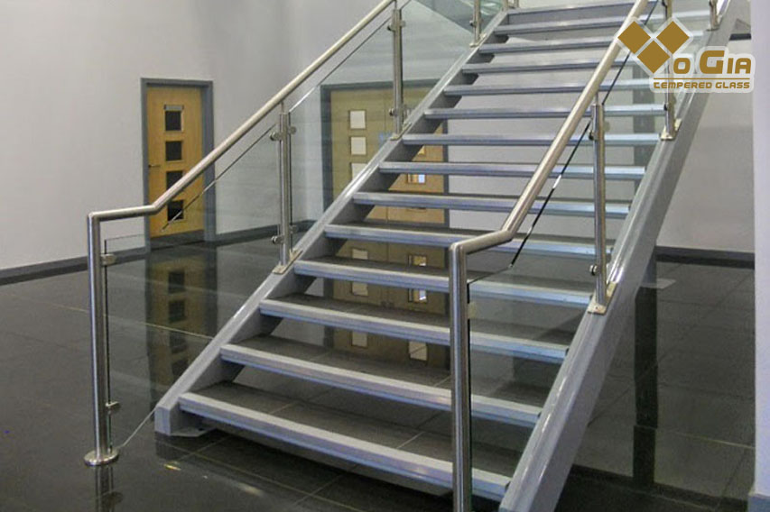 Cầu thang kính tay vịn inox giúp không gian thoáng đãng hơn