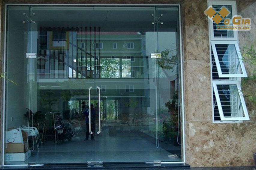 cửa kính cường lực với độ bền cao