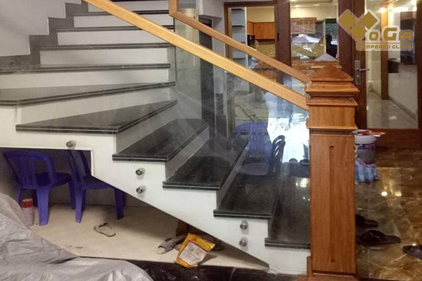 các loại kính cường lực. Kính cường lực được dùng làm cầu thang