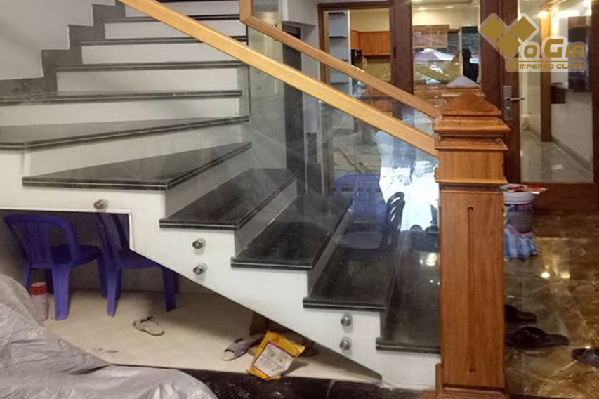 Chi phí làm cầu thang kính phụ thuộc vào các đơn vị thi công