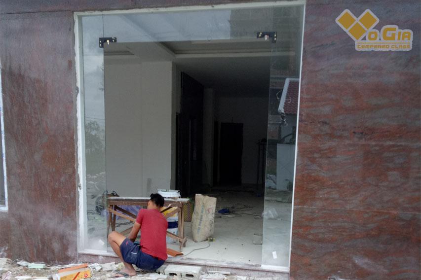 Vị trí lắp kính cường lực cần được vệ sinh sạch sẽ, đảm bảo bằng phẳng
