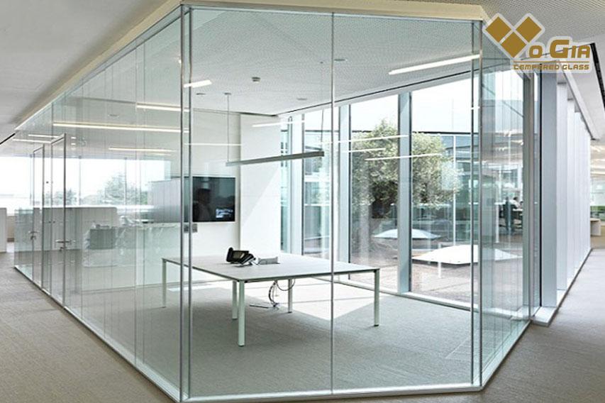 Những bức tường thô ráp cứng cáp được thay bằng cửa kính cường lực