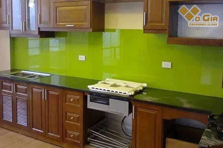 Kính ốp bếp mang đến không gian nội thất sang trọng, đầy tiện nghi