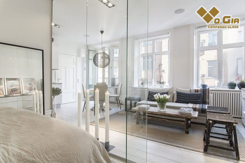 vách ngăn kính cường lực giữa phòng ngủ và phòng khách