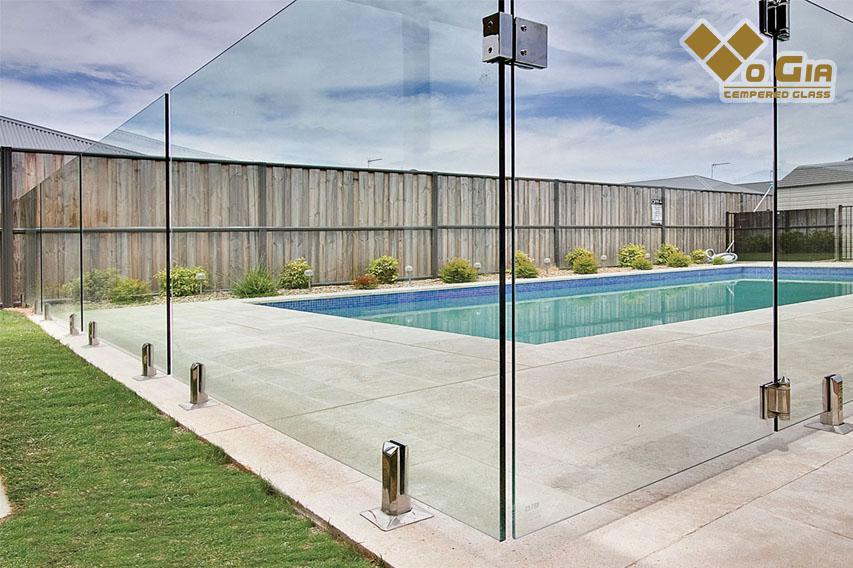 Hàng rào bằng kính cường lực là xu hướng thiết kế hiện nay