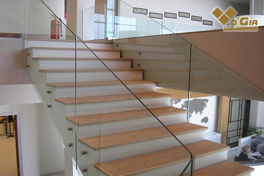 Cầu thang kính là thiết kế được nhiều gia đình tại Hội An yêu thích sử dụng
