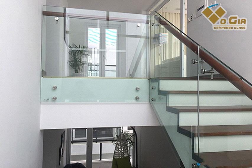 Cầu thang kính có tính thẩm mỹ cao, tạo không gian thoáng mát cho gia đình bạn