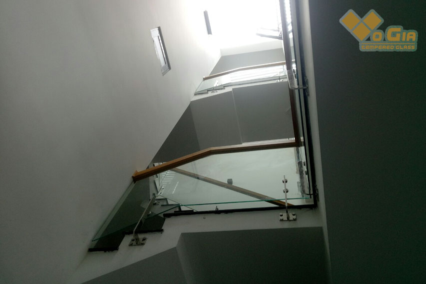 kính cường lực tai hòa xuân - Hình ảnh bên phía ô Giếng trời cũng được làm cầu thang kính để ánh sáng chiếu vào bên trong nhiều hơn và thoáng hơn