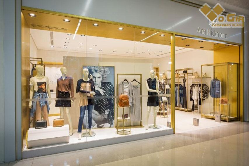 Cửa kính mang đến một không gian sang trọng, chuyên nghiệp, hiện đại thi công kính tại shop thời trang